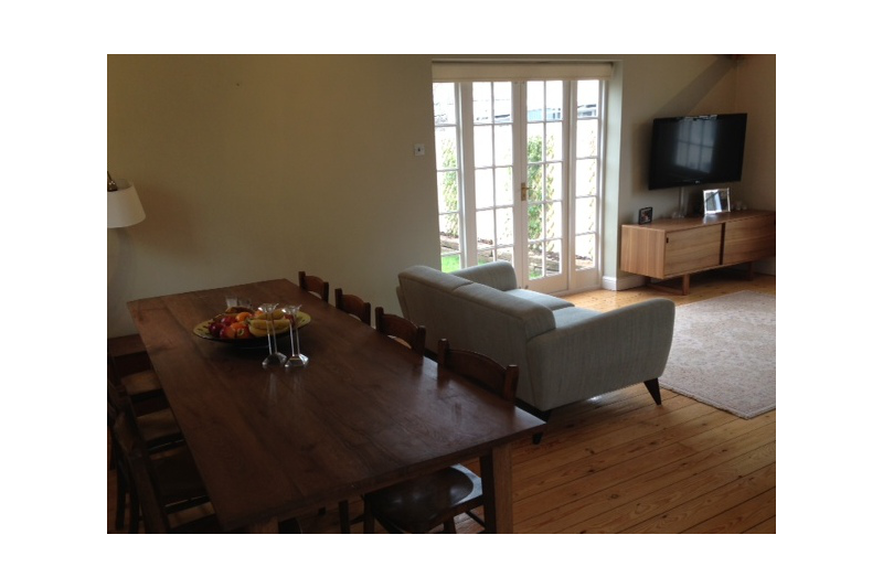 Contemporary three bedroom house with two gardens and pizza oven!